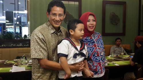 Sandiaga Uno dan istri, Nur Asia, dan anak bungsunya, Sulaiman. Foto: Hidupgaya